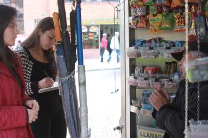 Entrevistando a vendedor